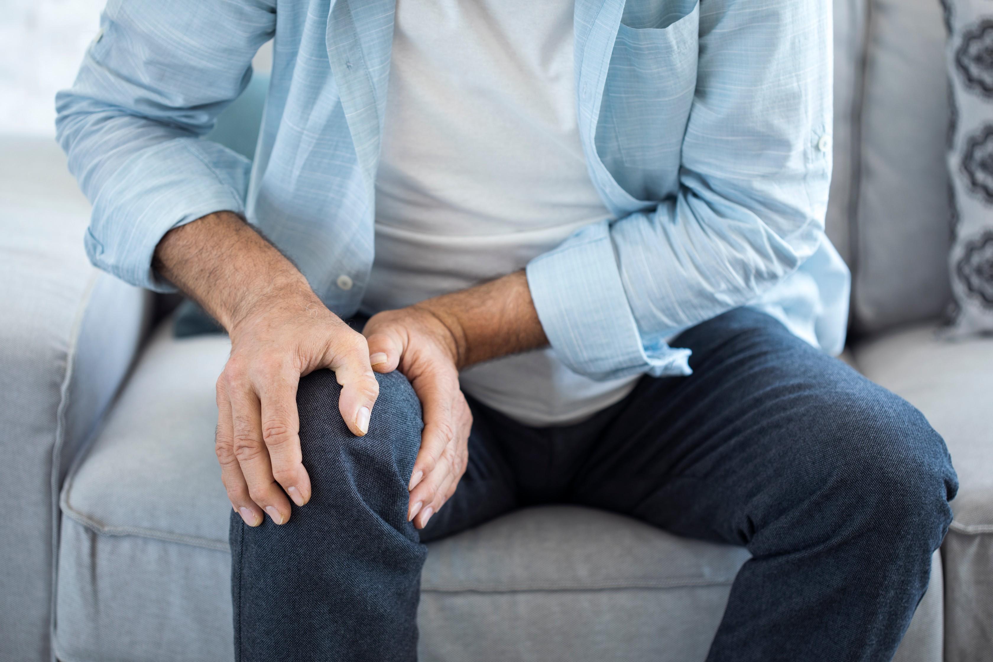 idős ember súlyos ízületi fájdalma a térd oldalsó ínszalagjának helyreállítása