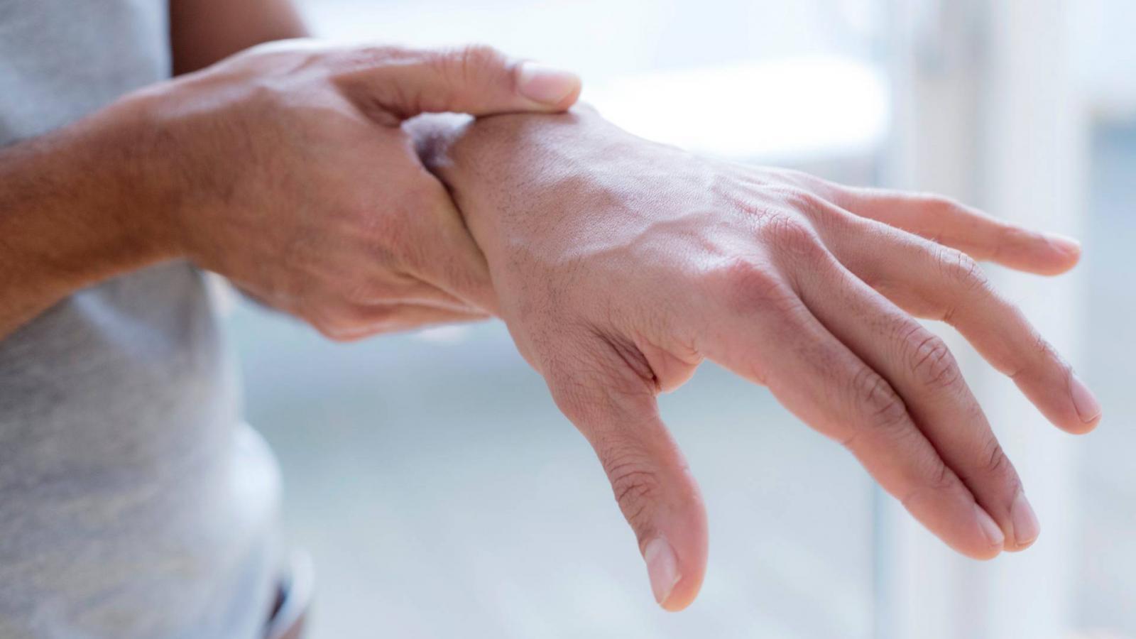ízületi fájdalom és a kezek zsibbadása