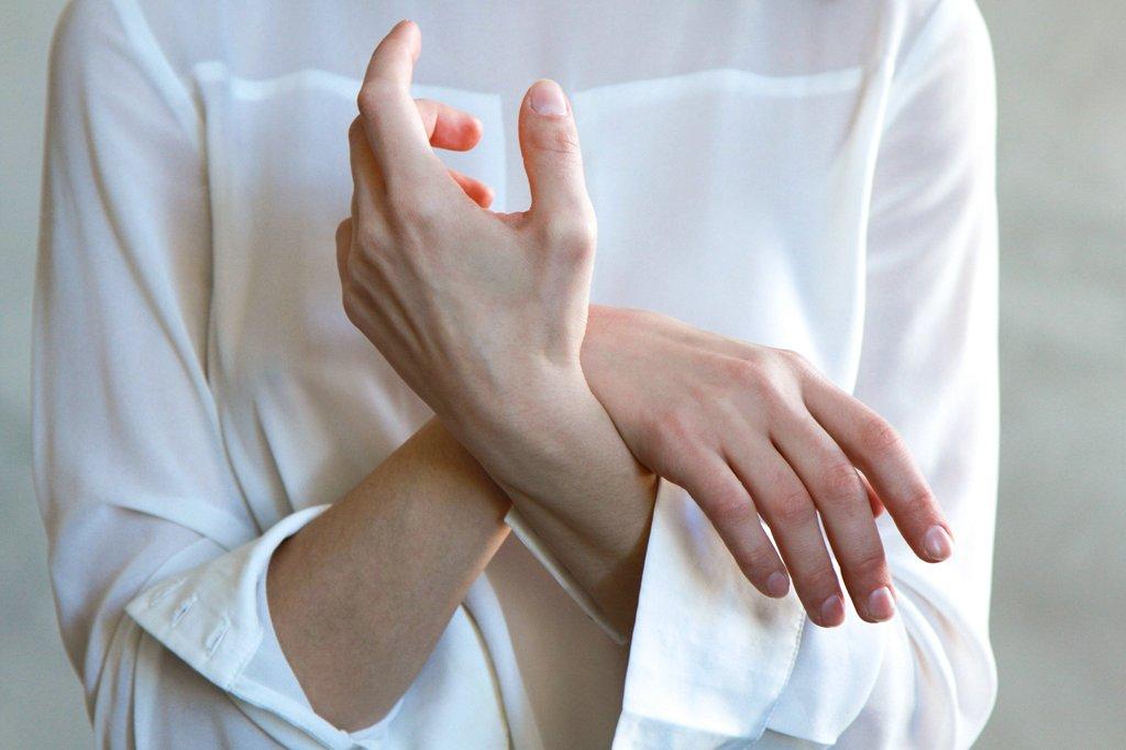 fájdalom, amely folyamatosan behúzza az ízületeket